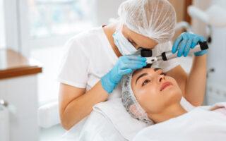 Comment enlever ses taches brunes chez le dermatologue ?
