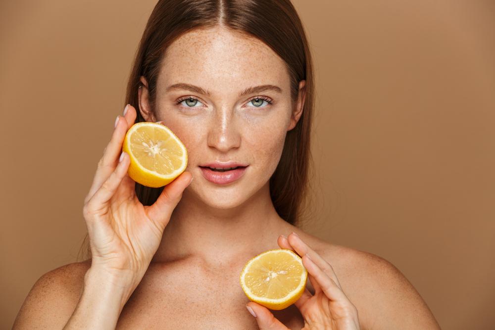 Comment enlever vos taches brunes sur le visage naturellement ? 10 astuces